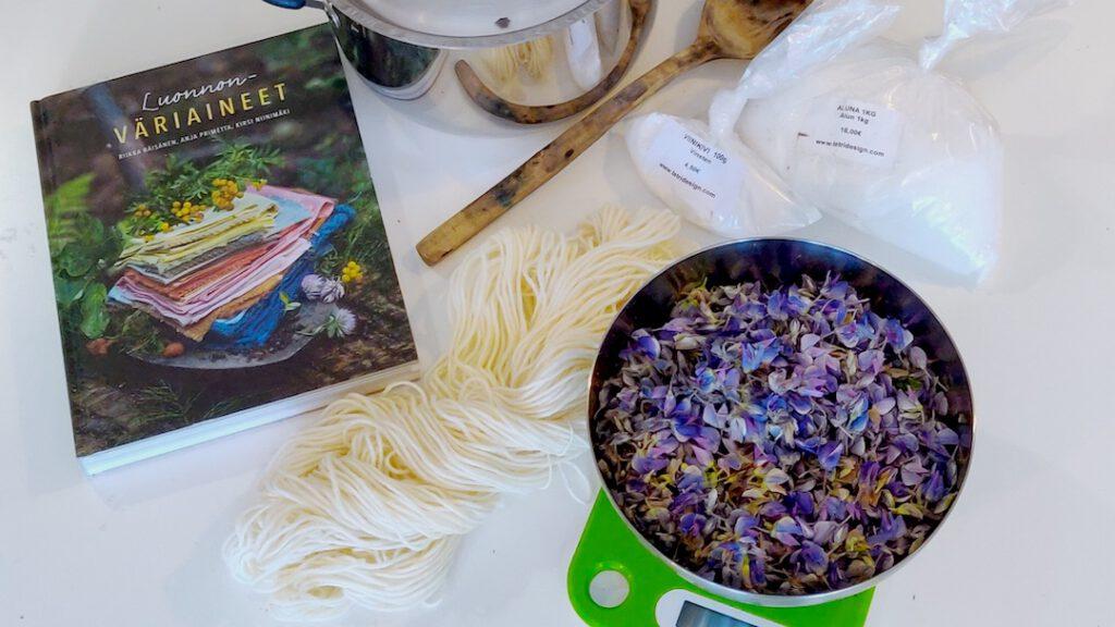Värjäystarvikkeet, kukat kulhossa ja Luonnon väriaineet -kirja